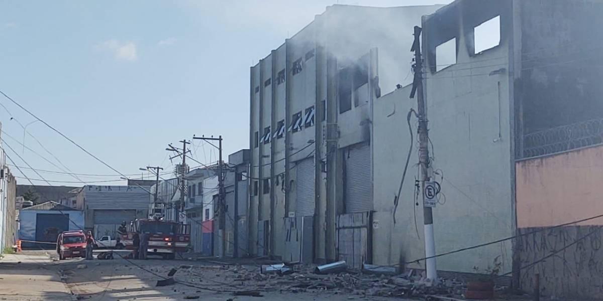 Bombeiros investigam causa de grande incêndio em galpão na Vila Maria