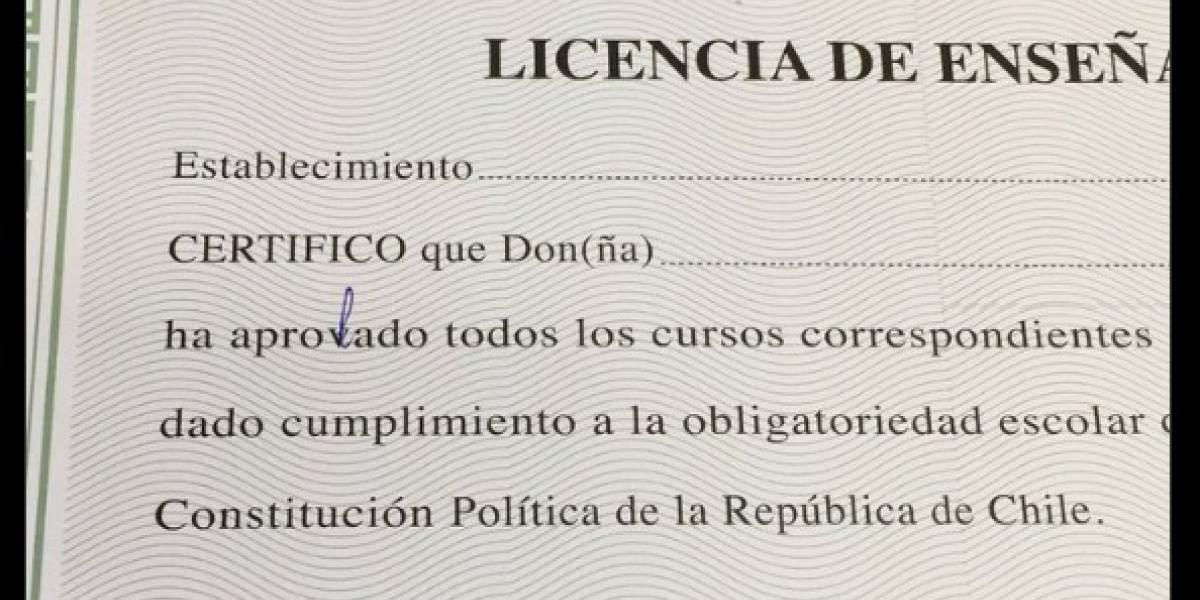 """""""Cáchate el nivel de aprovación"""": Municipalidad de Santiago entregó licencias de octavo básico con tremendo error ortográfico"""