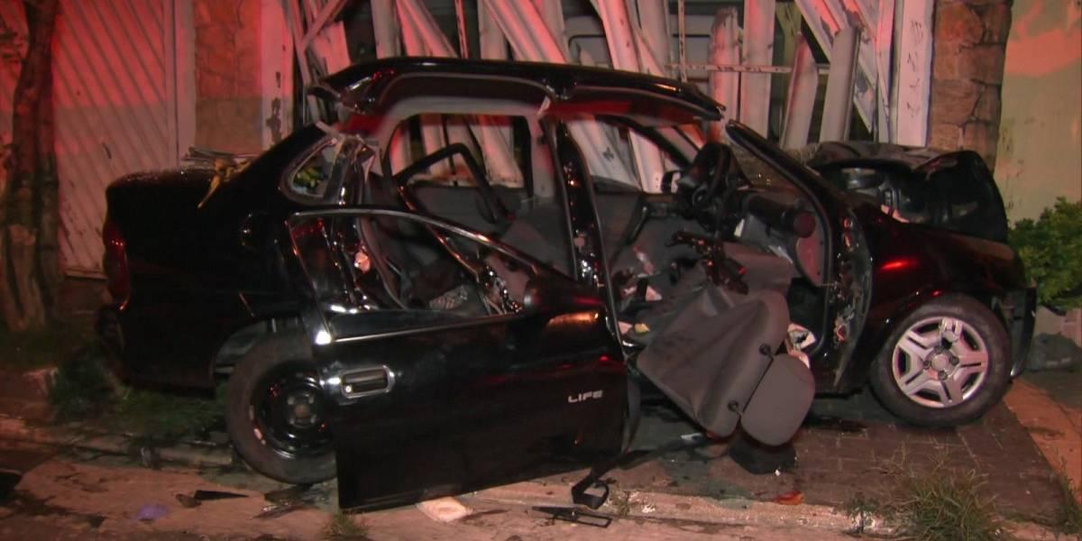 Passageira morre após carro perder controle e bater em muro no Tremembé