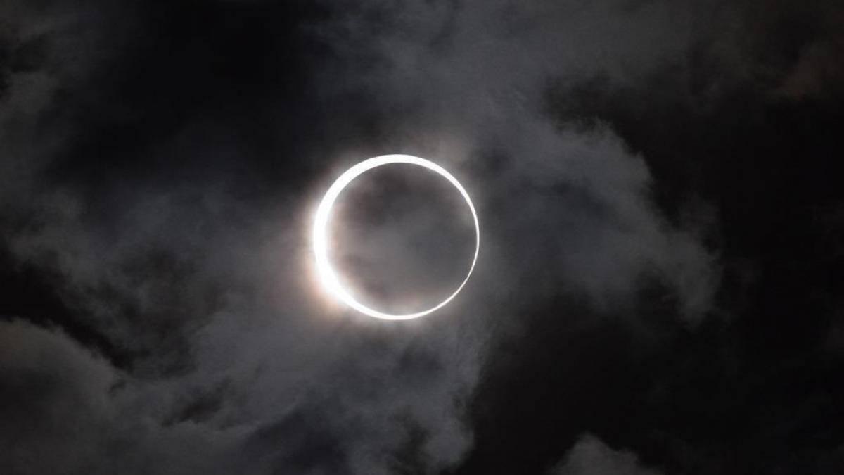 """Último Eclipse Solar de la década deja increíble """"anillo de fuego"""" en el cielo"""