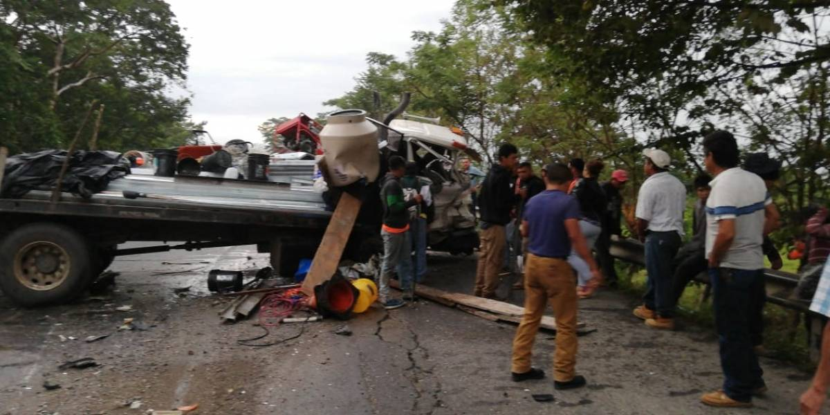 Paso cerrado tras fuerte accidente de tránsito en Los Amates, Izabal
