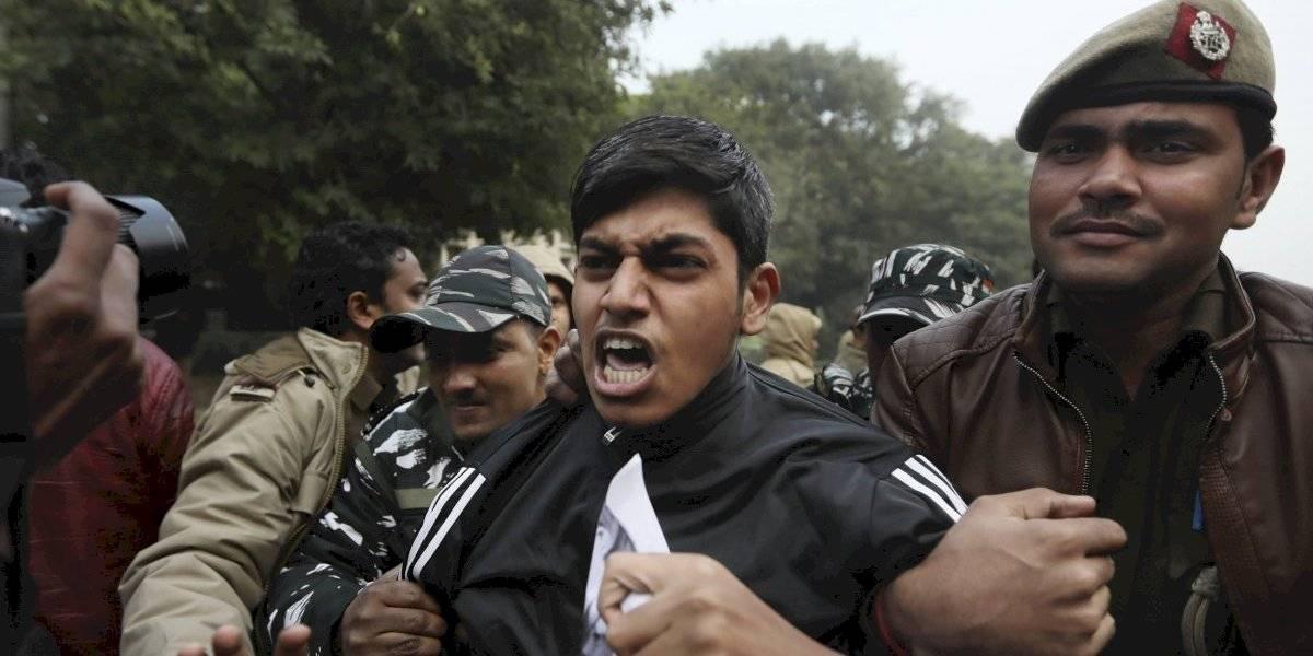 Policía de India reprime protestas y bloquea internet
