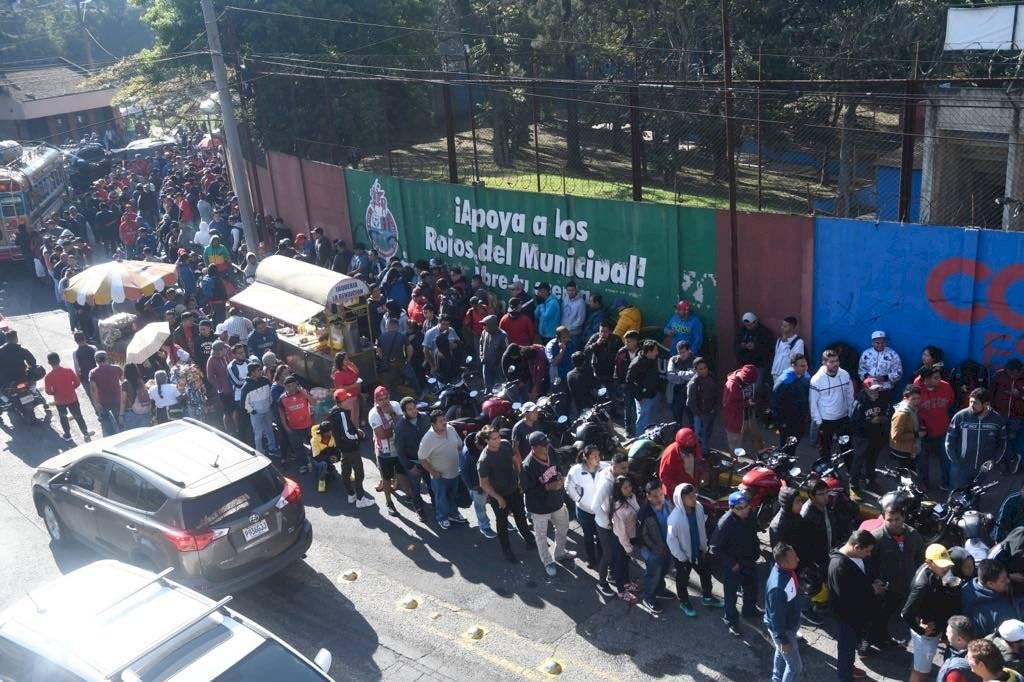 Foto Omar Solís | Filas interminables se observan esta mañana en el estadio El Trébol