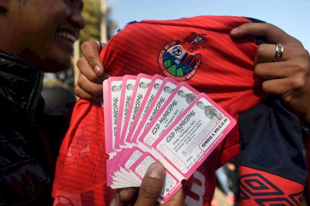 Foto Omar Solís | La victoria de los rojos ante los colniales ayer, abrió la posibilidad de que Municipal sea campeón nacional