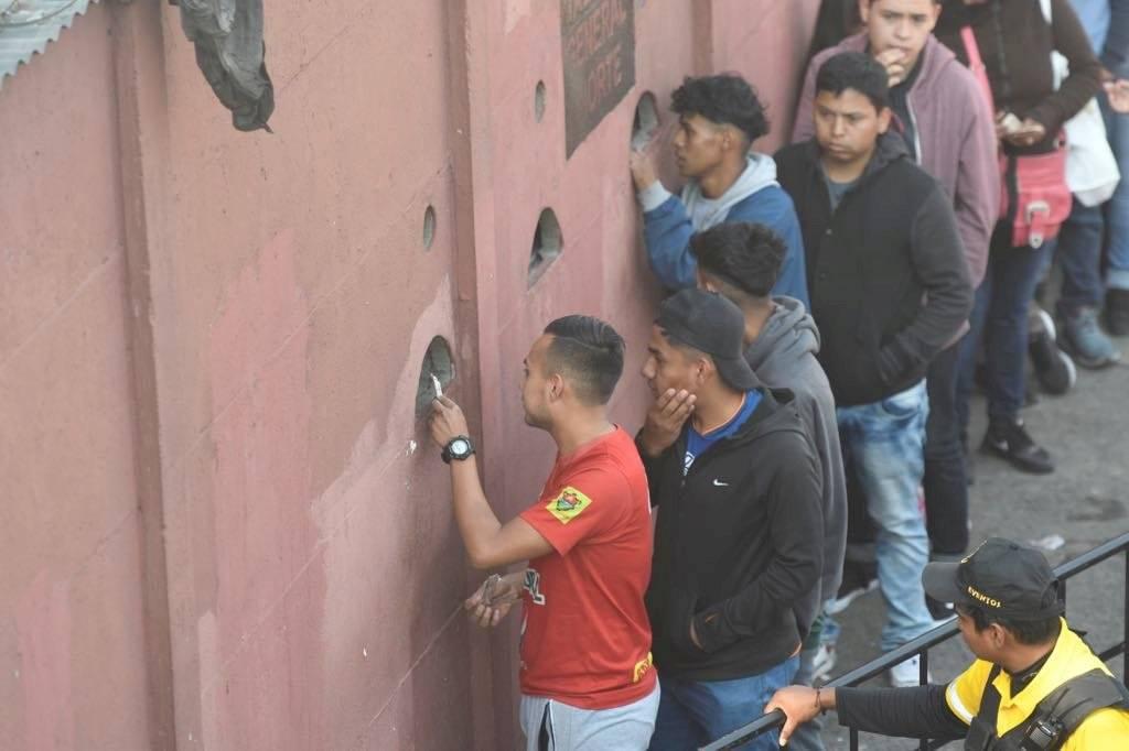 Foto Omar Solís | Varios aficionados adquieren sus boletos para la final que se disputará en el estadio Doroteo Guamuch Flores