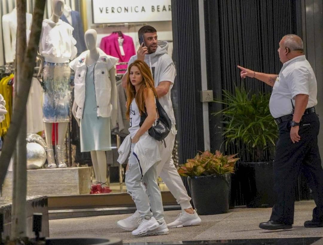 Shakira shopping