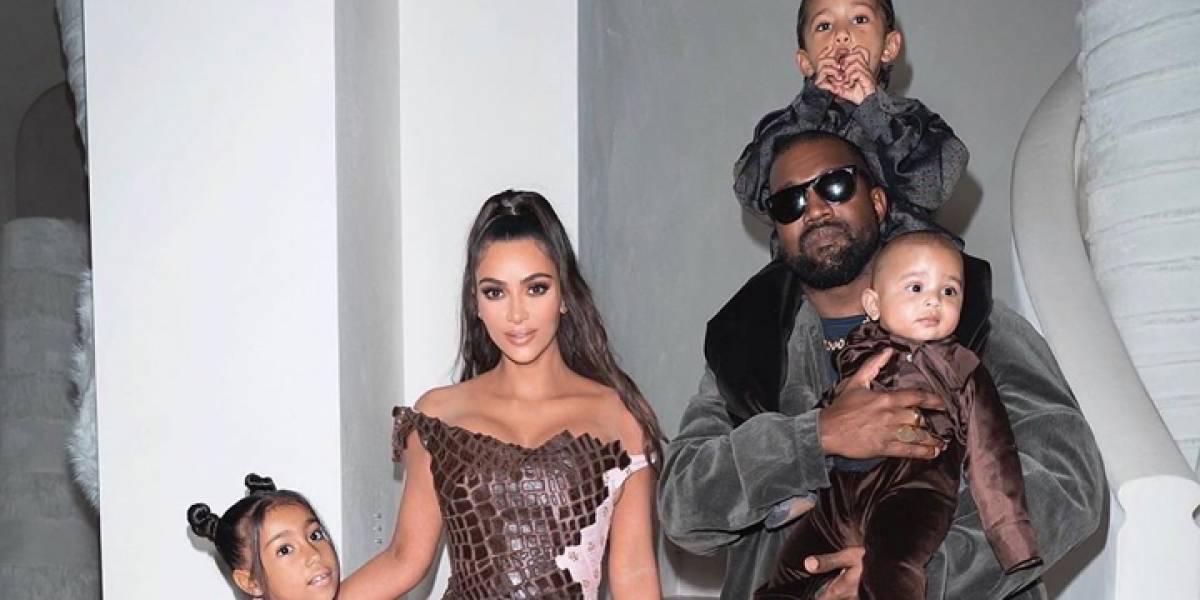 Los West Kardashian se visten de piel en Navidad y Kim sorprende con vestido de serpiente