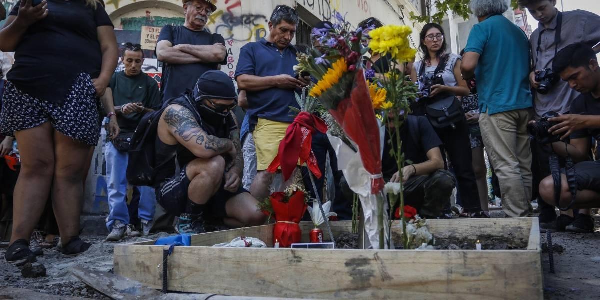 Carabineros lanza agua y reprime a manifestantes que realizaban homenaje a Mauricio Fredes