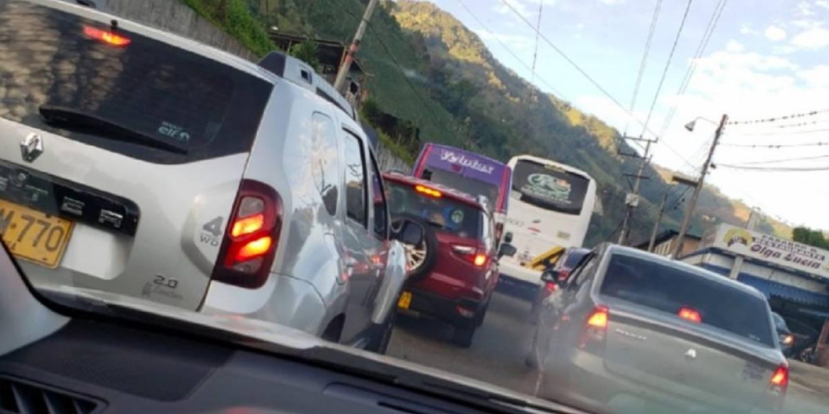 Conductores reportan caos en La Línea luego del volcamiento de un camión