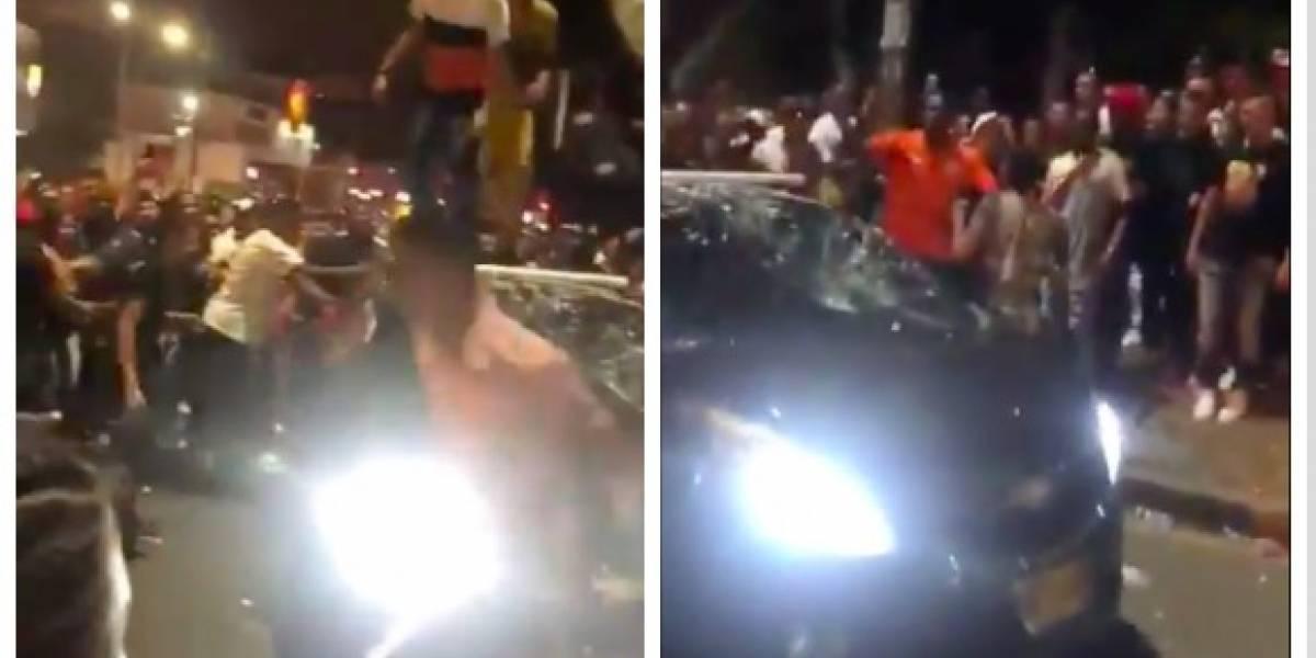 ¡Increíble! Carro es completamente destruido por personas en la Feria de Cali