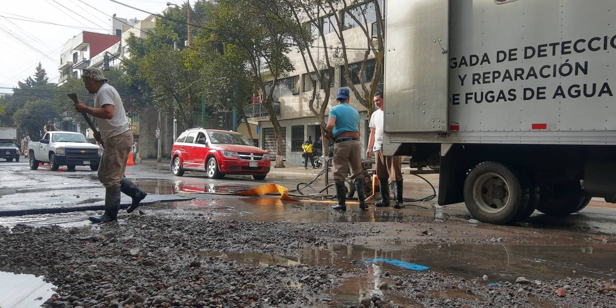Controlan fuga de agua en calles de la colonia Nápoles