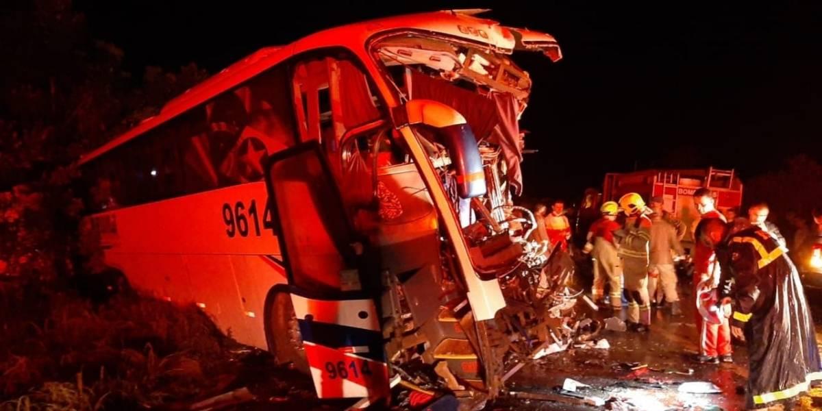 Colisão entre carreta e ônibus de turismo deixa seis mortos em Rondônia