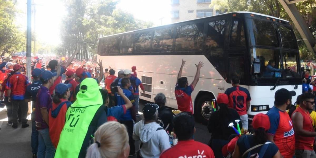 Aficionados de Municipal causan daños en el autobus de Antigua