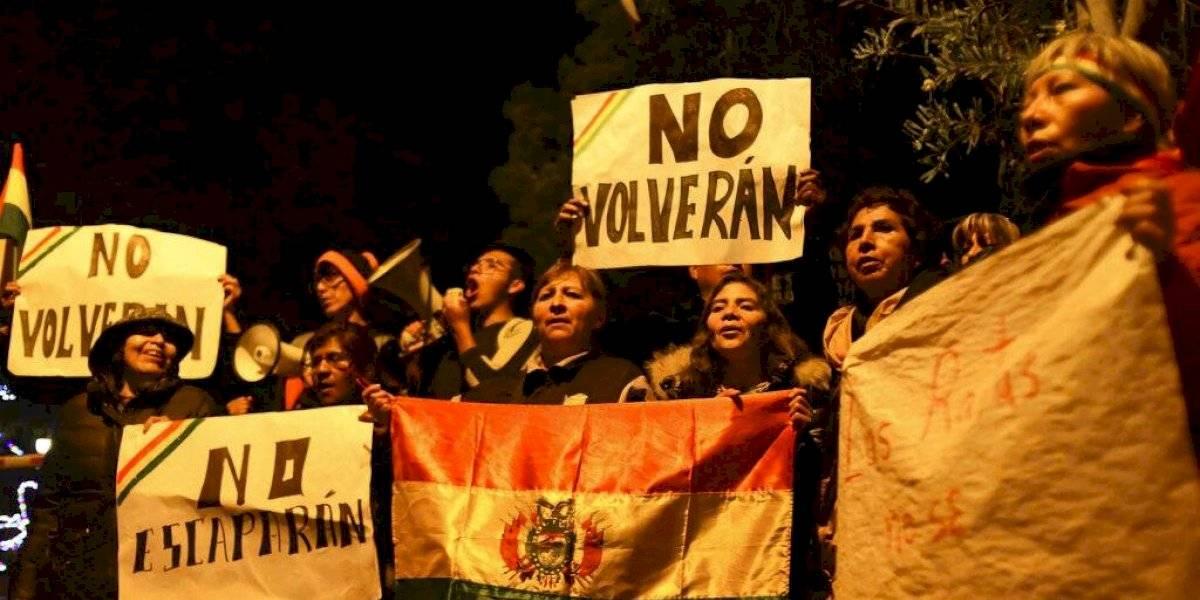 Tras incidente en embajada de México, 6 funcionarios españoles salen de Bolivia