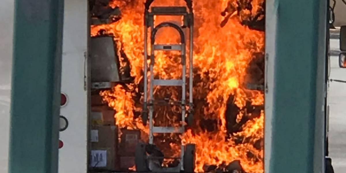 Auto se incendia en estacionamiento de Plaza las Américas