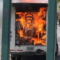 Auto se incendia en Plaza las Américas