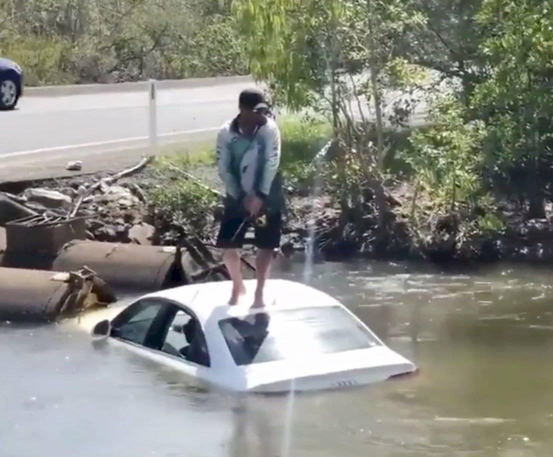 hombre auto lancha pescar cocodrilo
