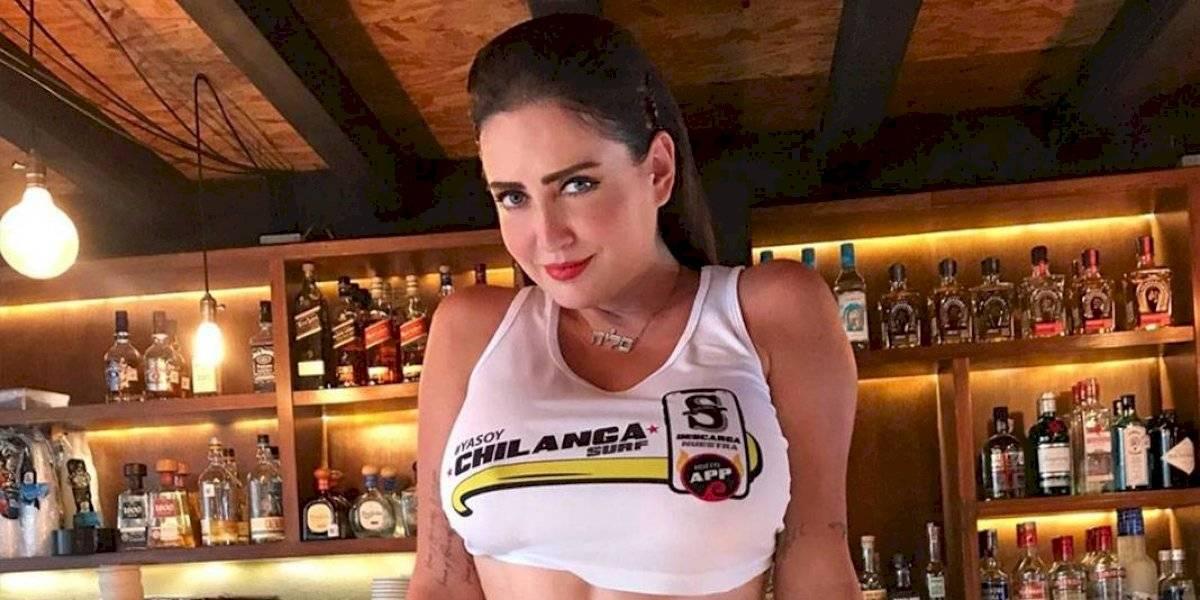 Celia Lora presume sus atributos delanteros durante su visita al Estadio Azteca