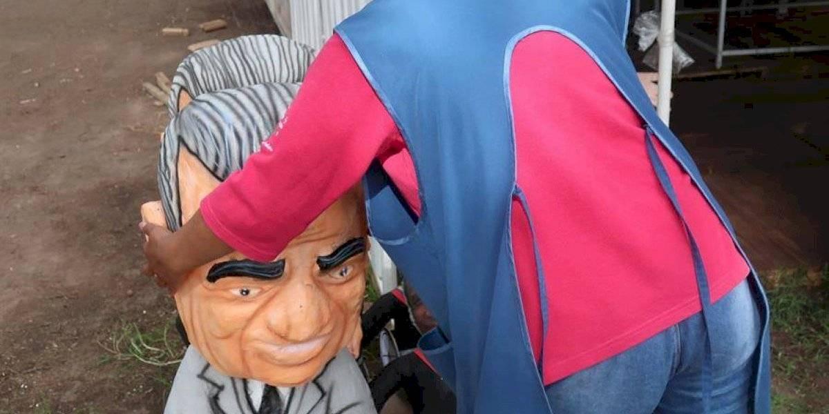 Figuras de superhéroes y políticos, listas para ir a las llamas en Ecuador