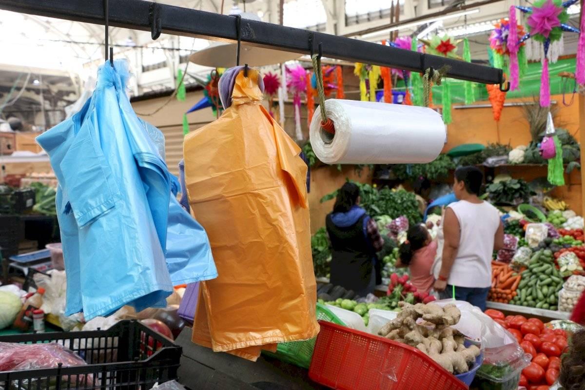 Al año cada familia genera 650 bolsas de plástico. Foto: Cuartoscuro
