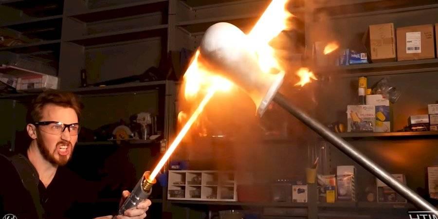 Star Wars: loco construye sable de luz real capaz de cortar objetos