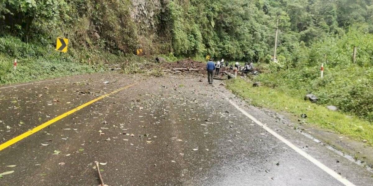 Un herido tras deslizamiento de tierra en la vía Aloág- Santo Domingo