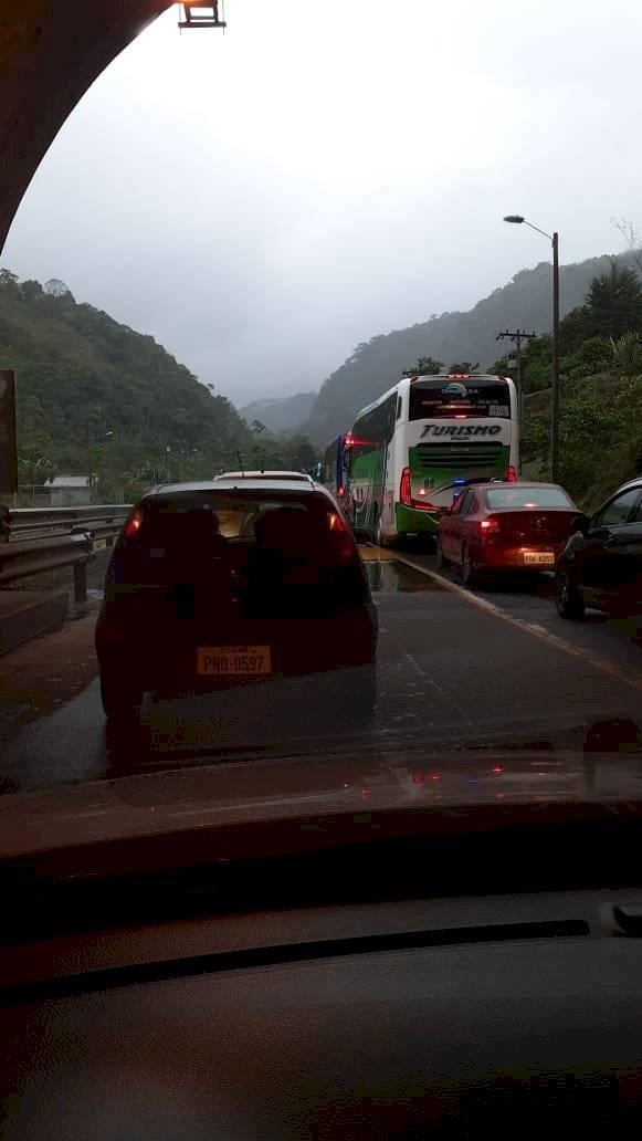 Vía Aloág- Santo Domingo está cerrada por deslizamiento de tierra