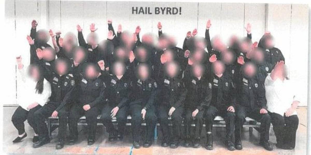 Despiden a futuros guardias penales por hacer saludo nazi en West Virginia