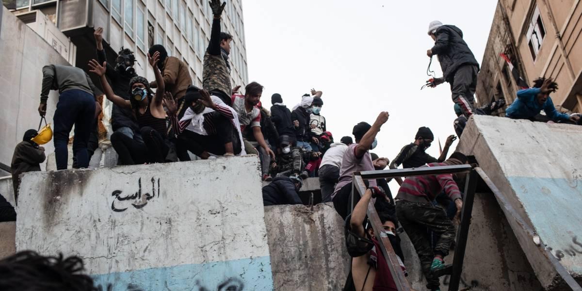 Miles de manifestantes atacan e intentan ingresar a embajada de EEUU en Bagdad