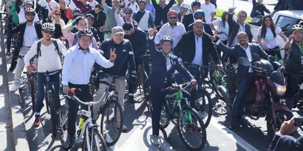 (FOTOS) Claudia López llegó en bicicleta al acto de posesión