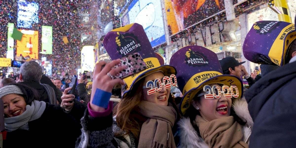 Besos, aplausos y pirotecnia para recibir el año en NYC