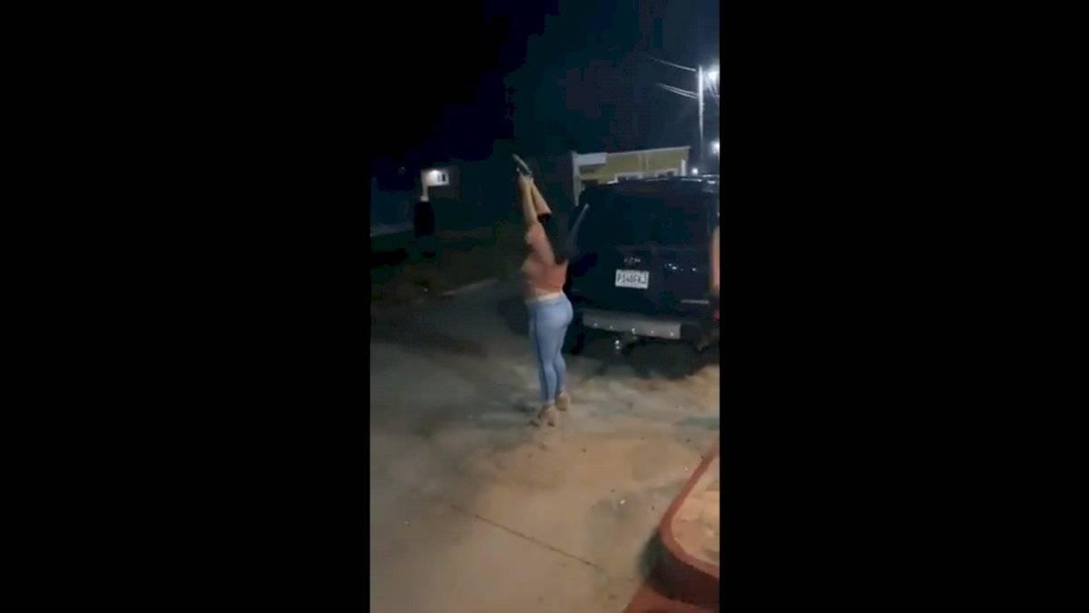 Génesis Guerra fue captada en video mientras disparaba al aire con un elemento del Ejército. Foto: PNC