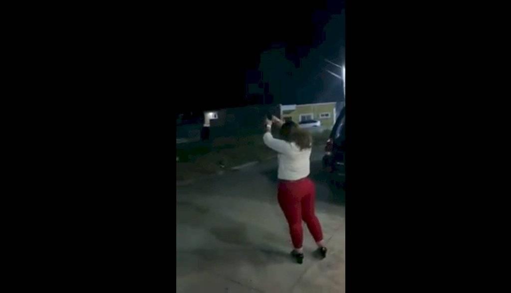 Glenda Guerra fue captada en video mientras disparaba al aire con un elemento del Ejército. Foto: Archivo