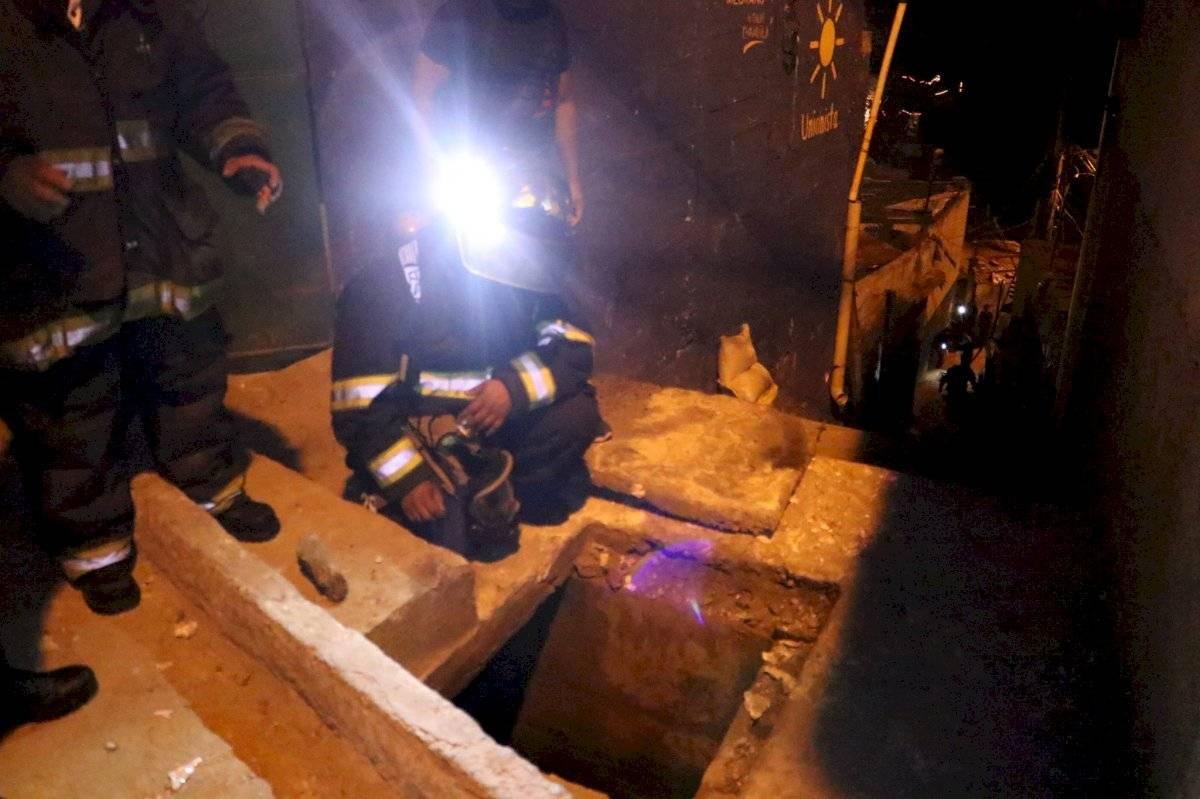 Niño lanza cohetillo a la alcantarilla y causa una explosión de grandes magnitudes. Foto: Bomberos Voluntarios