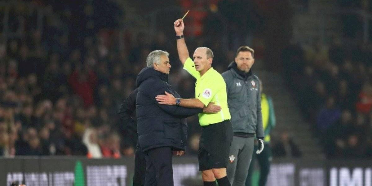 """Insólito: José Mourinho fue amonestado por """"espiar"""" las tácticas del entrenador rival en la derrota del Tottenham"""