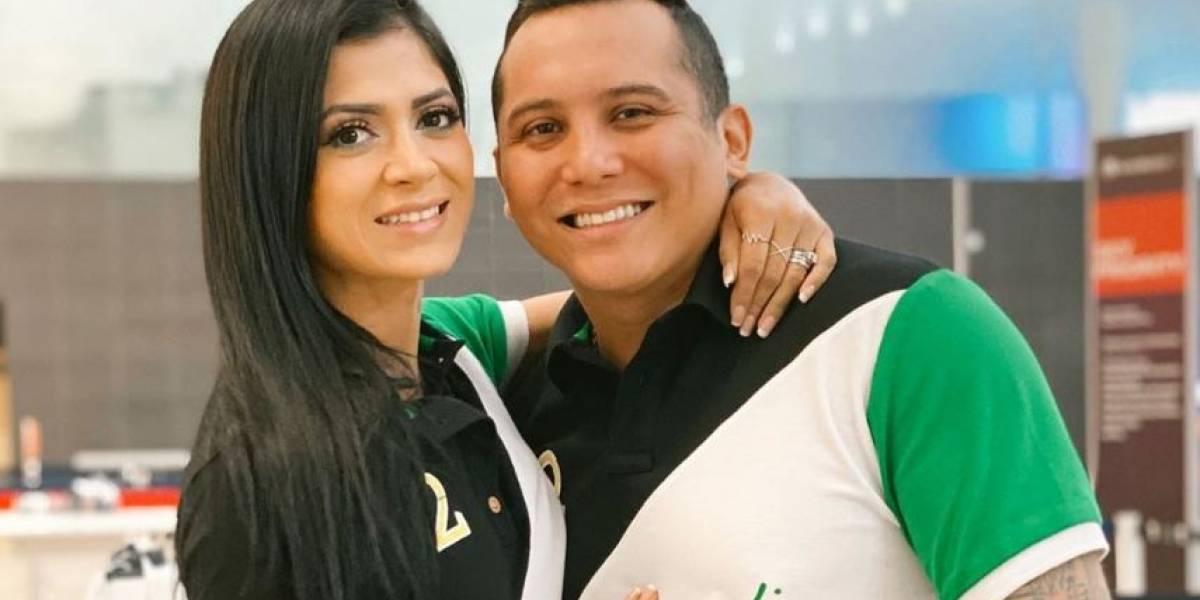 Edwin Luna publica una foto con su esposa y los usuarios critican los brazos de ella: Parece un hombre