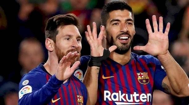 Messi festeja con Luis Suárez