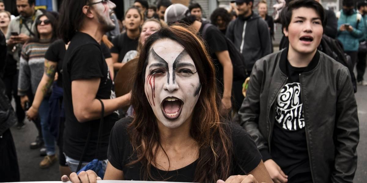 """Manifestación frente a hospital en apoyo a joven que perdió ojo en Año Nuevo: sufrió """"estallido ocular"""""""