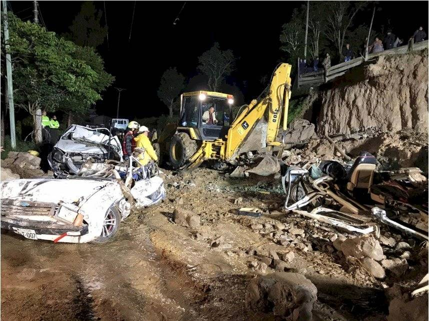 Cinco personas fallecieron ante colapso de un muro de contención