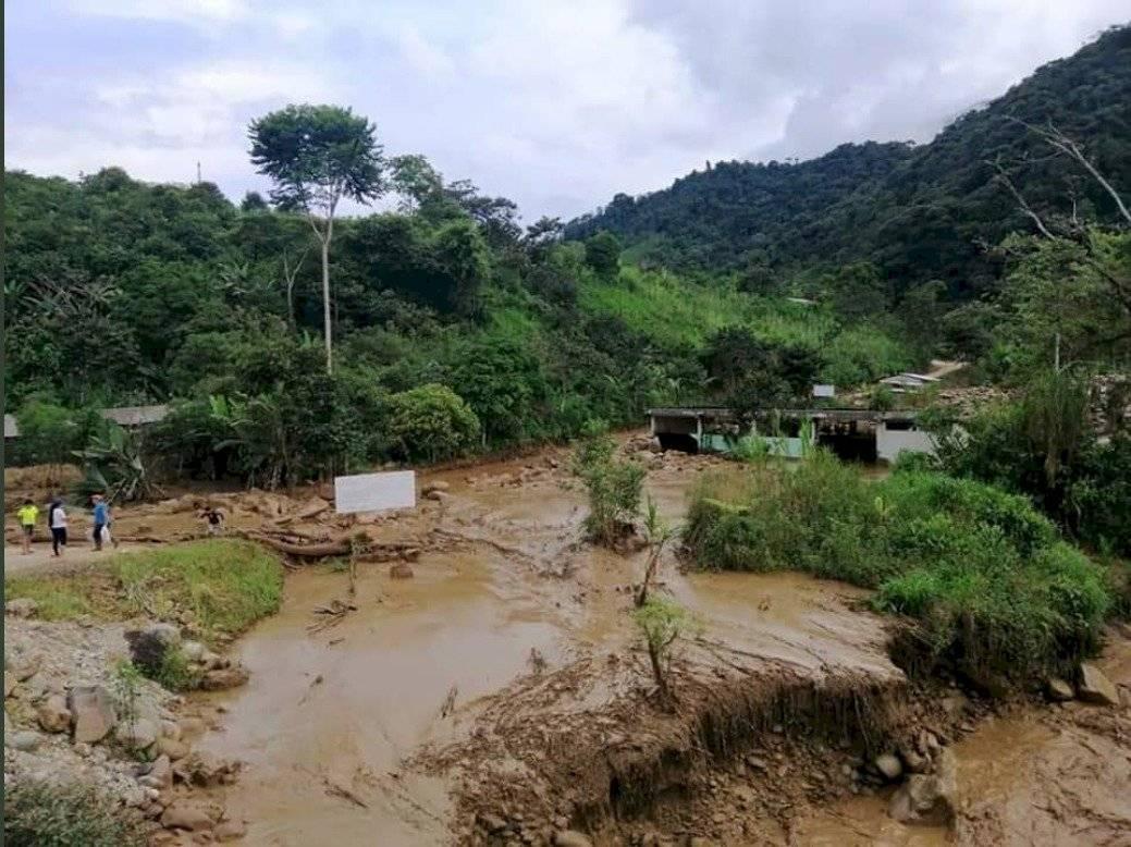 Deslave de tierra en Zamora afectó a vivienda y puentes peatonales