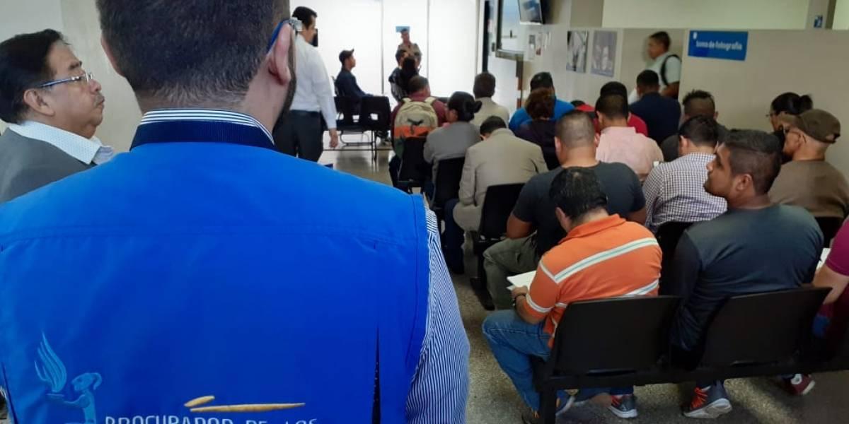 Delegados de PDH realizan supervisión en centros de emisión de licencias