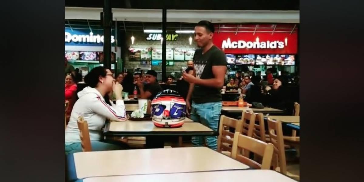 VIDEO. Joven le pide matrimonio en food court de centro comercial y causa furor