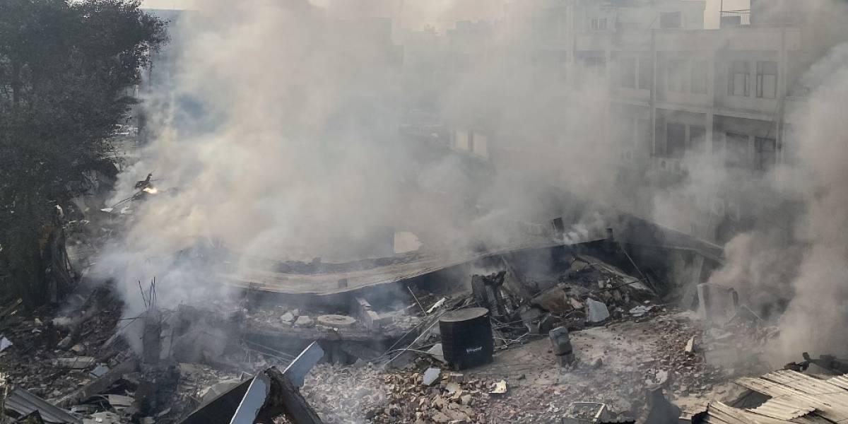 VIDEO. Edificio se derrumba tras gran incendio en la India