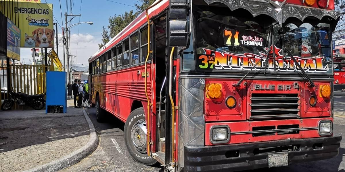 Guardia dispara contra piloto de bus en la calzada San Juan