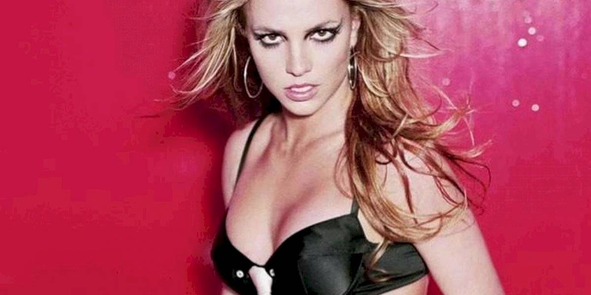Britney Spears exibe corpo em biquíni enquanto faz ioga
