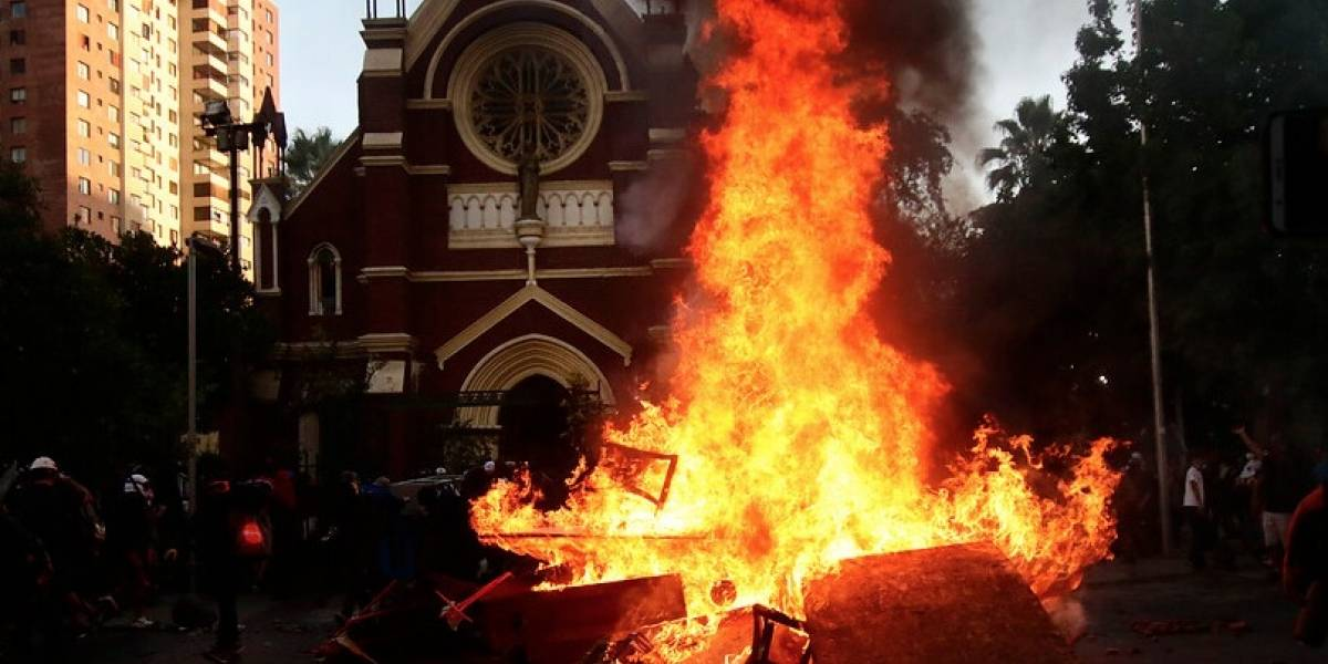 Carabineros lamentó incendio en iglesia institucional San Francisco de Borja