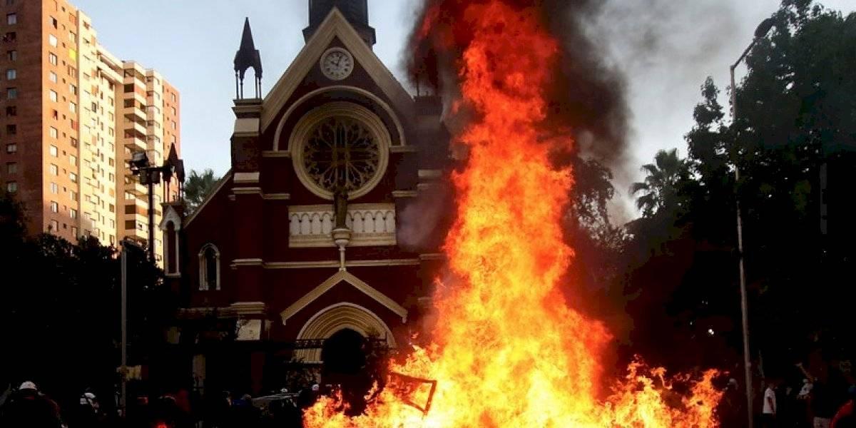 """Incendio de la iglesia: ministro Blumel llama a apoyar a Carabineros para mantener la paz y la seguridad contra """"violentistas"""""""