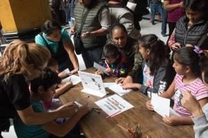 Niños llenando cartas