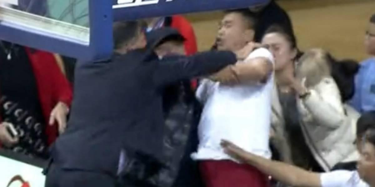 Entrenador golpea a aficionado durante partido