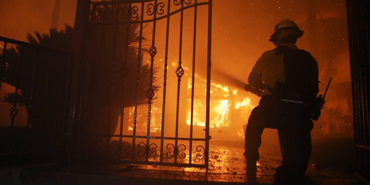 Bomberos posaron junto a casa en llamas y el dueño exige que sean despedidos
